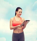 Sportieve vrouw met tablet pc-computer — Stockfoto