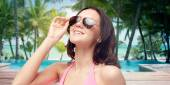 Happy woman in sunglasses and swimsuit — Stockfoto