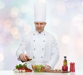 Cuoco unico maschio felice cucinare cucinare cibo — Foto Stock