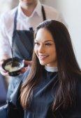 Giovane donna felice colorazione dei capelli al salone — Foto Stock