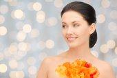 Giovane e bella donna con fiori — Foto Stock