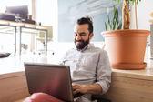 Feliz creativa hombre oficinista con laptop — Foto de Stock