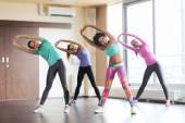 组的快乐女工在健身房 — 图库照片