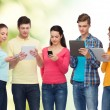 gruppo di adolescenti con smartphone e tablet pc — Foto Stock #74316177