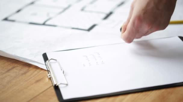 Gros plan des mains mâles mesure blueprint — Vidéo