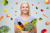 Smiling young woman with vegetables — 图库照片