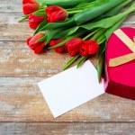 Close-up van rode tulpen, brief en chocolade vak — Stockfoto #75204033