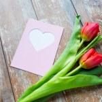 Close up van tulpen en wenskaart met hart — Stockfoto #75204045