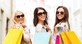 Dziewczyny z torby na zakupy w ctiy — Zdjęcie stockowe