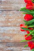Bliska czerwonych tulipanów na drewniane tła — Zdjęcie stockowe