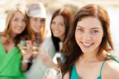 Smiling girls with champagne glasses — Stockfoto
