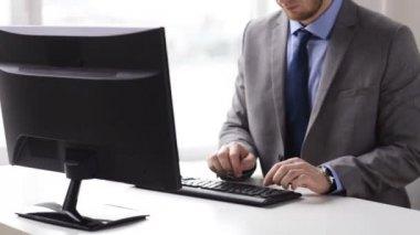 Cerca de las manos del empresario digitar en el teclado — Vídeo de Stock