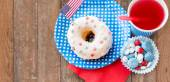 Donut met Sap en snoepjes op independence day — Stockfoto