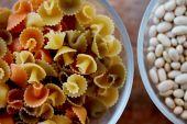 パスタと豆のテーブルの上のガラスのボウルのクローズ アップ — ストック写真