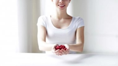 Close up of young woman showing raspberries — Stock Video