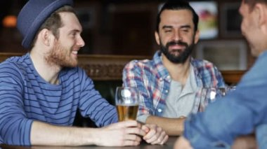 Happy male friends drinking beer at bar or pub — Stock Video