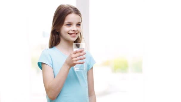 Feliz sonriente niña agua potable en el hogar — Vídeo de stock