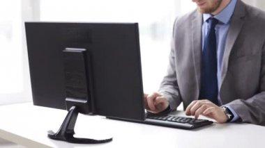 Nahaufnahme von Kaufmann Hände über Tastatur eingeben — Stockvideo