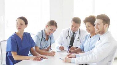 Doktor hastanede seminerde toplantı grup — Stok video