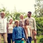 mutlu bir aile evi açık havada önünde — Stok fotoğraf #76844701