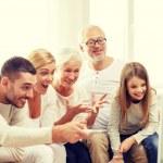 mutlu bir aile evde TV izleme — Stok fotoğraf #76844875