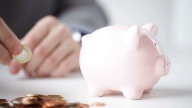 Nahaufnahme des Mannes Sparschwein Münzen Inbetriebnahme — Stockvideo