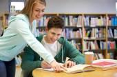 Heureux étudiants se préparant aux examens en bibliothèque — Photo