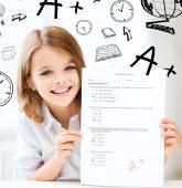 Ragazza con un grado alla scuola e test — Foto Stock