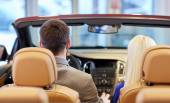 Auto Show'da cabriolet arabada oturan Çift — Stok fotoğraf