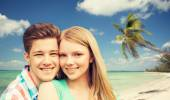 Lächeln, paar umarmt sich gegenüber dem Strand Hintergrund — Stockfoto