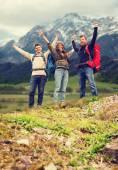 Lächelnd Freundesgruppe mit Rucksäcke Wandern — Stockfoto