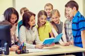 Grupy dzieci w szkole z nauczycielem w klasie — Zdjęcie stockowe