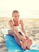 Ung kvinna att göra yogaövningar utomhus — Stockfoto