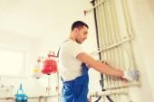 Budowniczy lub hydraulik praca pomieszczeniu — Zdjęcie stockowe