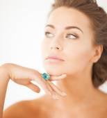 Kobieta z jeden pierścień biżuteria — Zdjęcie stockowe