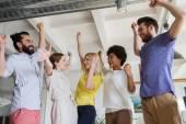 Equipe criativa feliz comemorando a vitória no escritório — Fotografia Stock