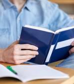 Zamknij się z uczniem czytanie książki w szkole — Zdjęcie stockowe