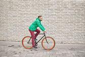 Hipster młody człowiek jazda stała biegu rower — Zdjęcie stockowe