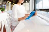 カフェでタブレット pc を持つ女性のクローズ アップ — ストック写真