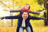 Smiling couple having fun in autumn park — Stock Photo