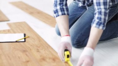 Close up of man measuring flooring and writing — Stock Video