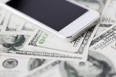 Close-up de dinheiro dólar e smartphone — Fotografia Stock