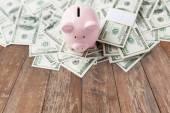 Close-up de dinheiro dólar e cofrinho na tabela — Fotografia Stock