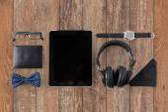 Tablet pc, fones de ouvido com coisas pessoais hipster — Fotografia Stock