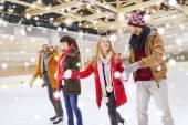 スケート リンクを見るハッピー — ストック写真