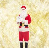 Man in kostuum van de kerstman met klok — Stockfoto