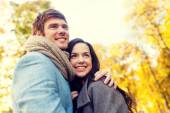 秋の公園でカップルを抱いて笑顔 — ストック写真