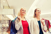モールで買い物袋を持つ幸せな若い女性 — ストック写真