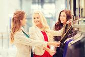 モールで服を選ぶ幸せな若い女性 — ストック写真