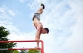 平行棒の屋外運動の若い男 — ストック写真